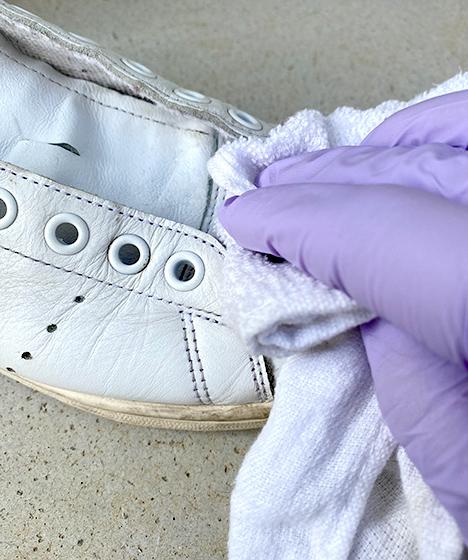 ④布やタオルで泡を拭き取る