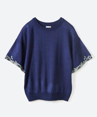 Tシャツ感覚で着られて華やか見せ カットワークすずらん刺しゅうニット