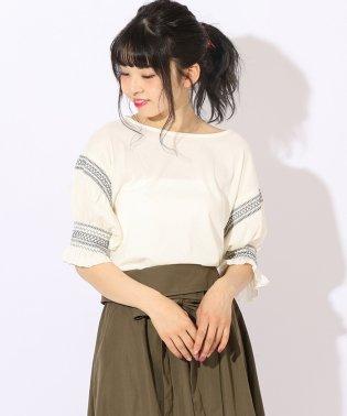 袖刺繍トップス