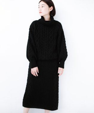 着るだけで完成するケーブル編みニットセットアップ