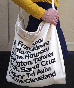 おしゃれなロゴデザインの入った、布製ショルダーバッグ。