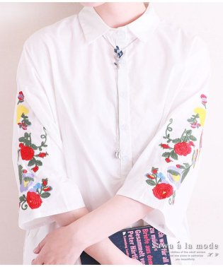 袖に鮮やかな花刺繍纏うコットンシャツチュニック