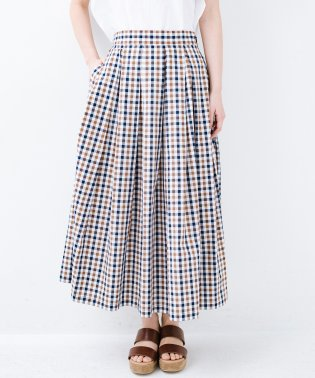シンプルトップスでも見映えコーデが完成するチェック柄ロングフレアースカート