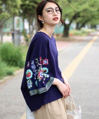 袖刺繍後ろタックTシャツ