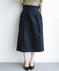 ボタンがポイントのカジュアルにもきれいにもはけるセミタイトスカート