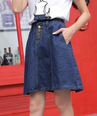 フロントボタンが今年らしいフレアな広がりのデニムスカート