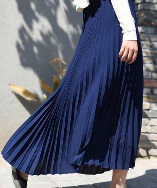 軽やかに広がるプリーツロングスカート