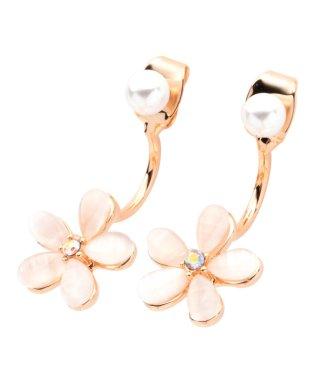 美しい桜モチーフで、女性らしい柔らかな印象に。桜モチーフピアス