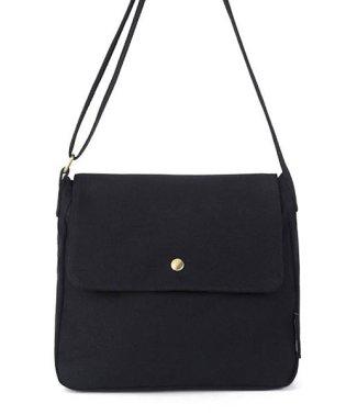 シンプルなデザインだからデイリー使いにピッタリなメッセンジャーバッグ。