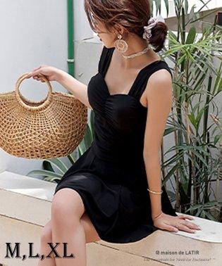 バッグのリボンで体型カバーも、ワンピースとショートパンツの水着セット。