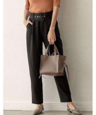 お仕事の日もお休みも、綺麗め気分ならこのパンツ バックルベルト付テーパードパンツ パンツ/パンツ