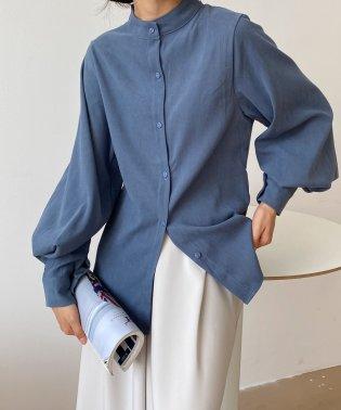 ゆったりした袖口がレトロな雰囲気のレディースシャツ