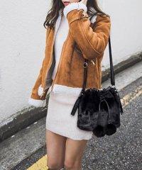 バケツ型のショルダーバッグ。流行のファーのボンボン付で可愛らしさup