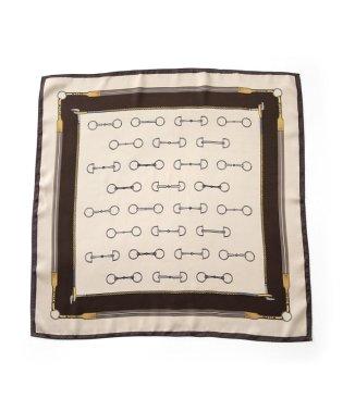 シックに決まる、くすみカラーのヴィンテージ柄スカーフ