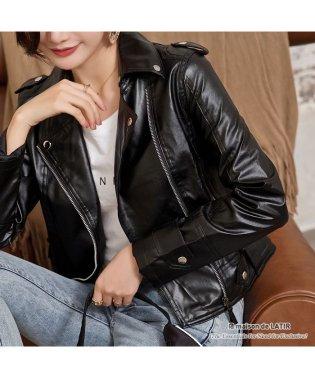 ソフトな着心地で着やすいコンパクトシルエットのPUレザーライダースジャケット