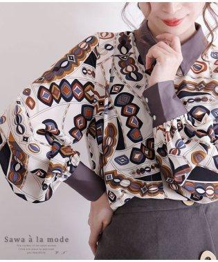 レトロスカーフ風模様のぽわん袖シャツ